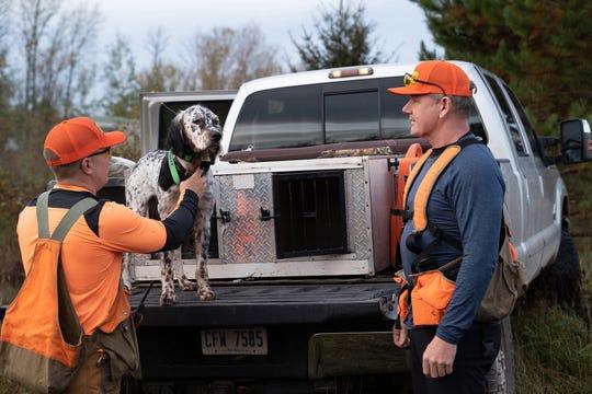 """Erik Strazzinski, à esquerda, com o cão de caça Chip e Gordon Ramsay.  Gordon Ramsay estava na Península Superior de Michigan filmando um episódio """"Gordon Ramsay: Uncharted."""""""