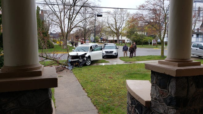Sheriff officer's chase ended when suspect crashed his car into a tree at the intersection of Park and State Street.