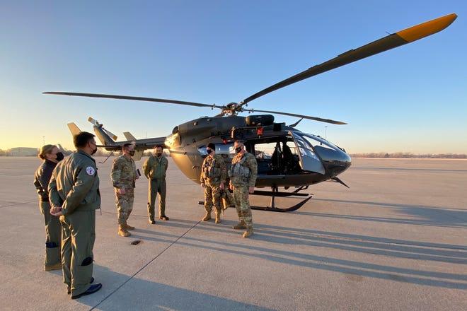 Des membres de la Garde nationale du Michigan informent les responsables de l'armée de l'air de la République de Singapour avant de monter à bord des hélicoptères Eurocopter UH-72 Lakota pour une « vue d'ensemble » de la base de la Garde nationale aérienne de Selfridge et des champs d'entraînement dans le Michigan fin mars 2021.
