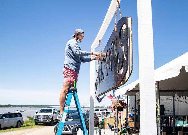 Ryan McDurmon suspende la etiqueta Shoats & Skins durante el Concurso Culinario anual del Campeonato Mundial de Memphis en el Campeonato Mundial de BBQ en mayo en Tom Lee Park el miércoles 12 de mayo de 2021.