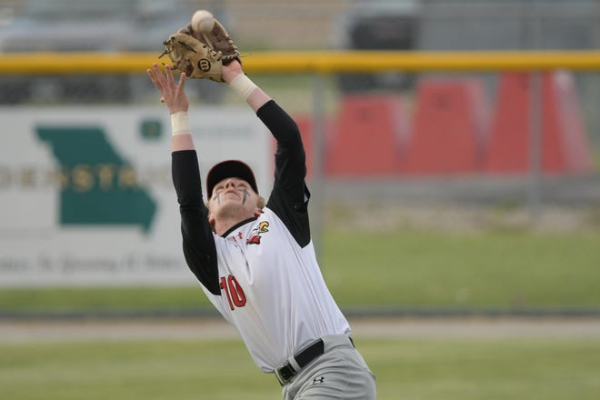Knox County's Rylan Roberts makes a catch during a game against La Plata.