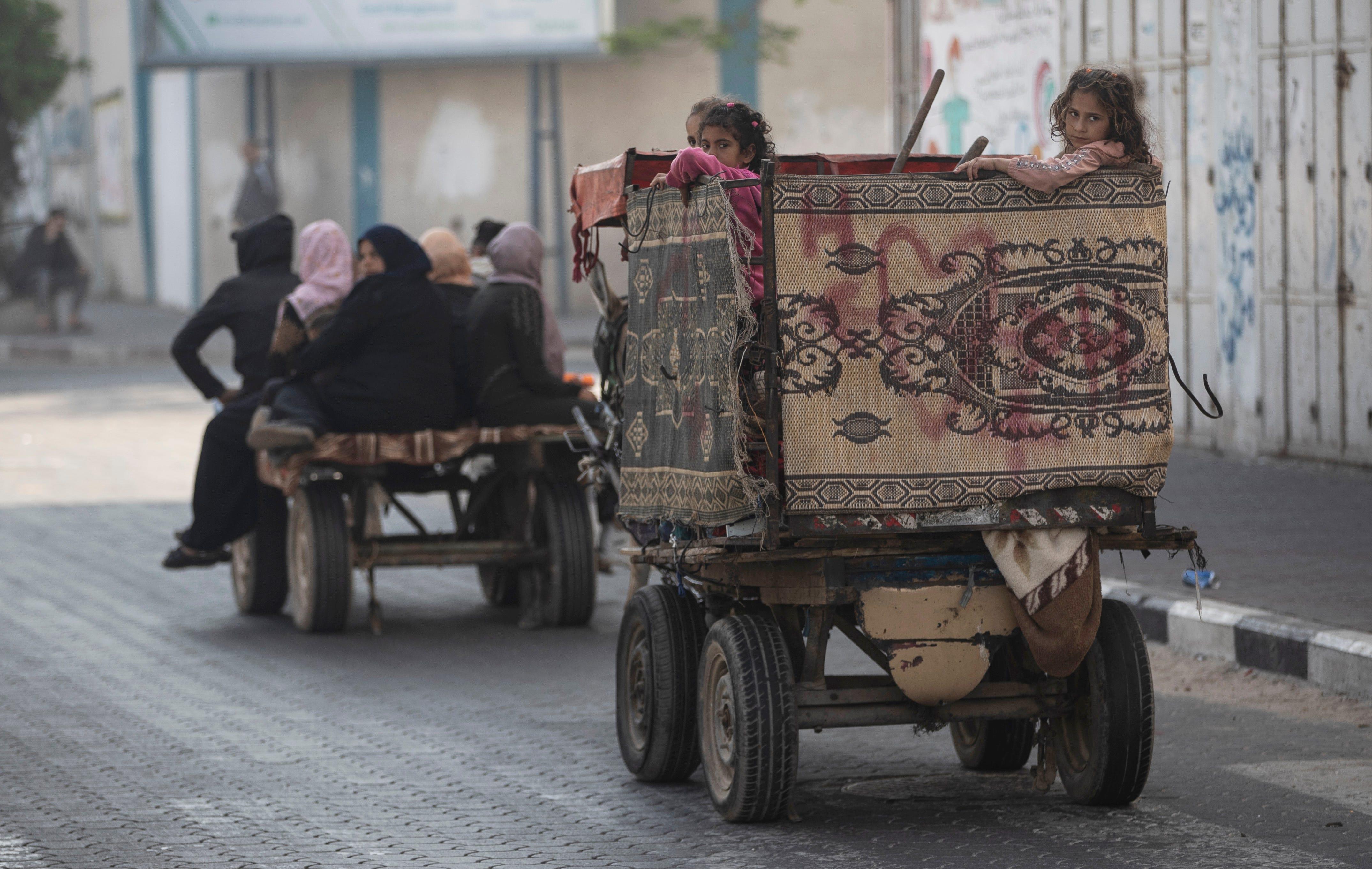 Palestinians flee as Israeli artillery pounds northern Gaza 2