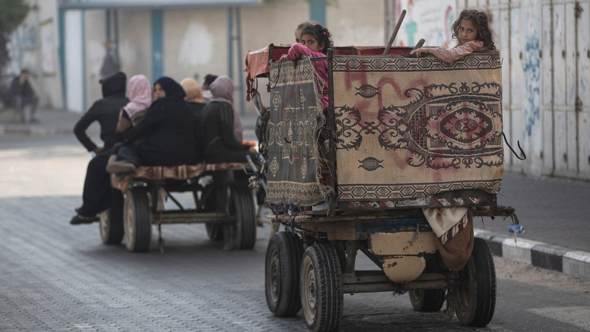 Palestinians flee as Israeli artillery pounds northern Gaza 3