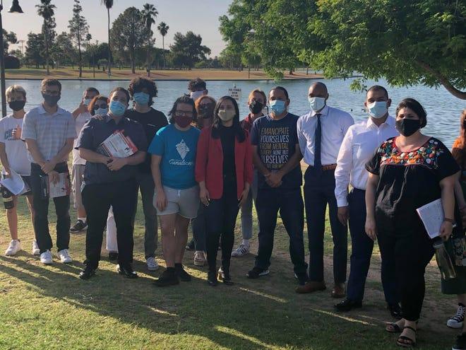 Concejales de Phoenix y Representantes Estatales, con ayuda de voluntarios, llevan a cabo una campaña de concientización, para hablar conla gente acerca de la importancia de recibir las inmunizaciones en las comunidades que más lo necesitan.