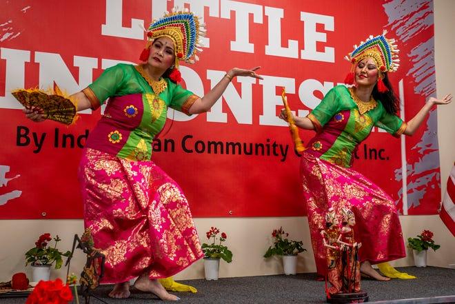 Penari menampilkan tarian tradisional Indonesia saat upacara potong pita dan grand opening Little Indonesia Cultural Center pada hari Sabtu 15 Mei 2021 di Somersworth.