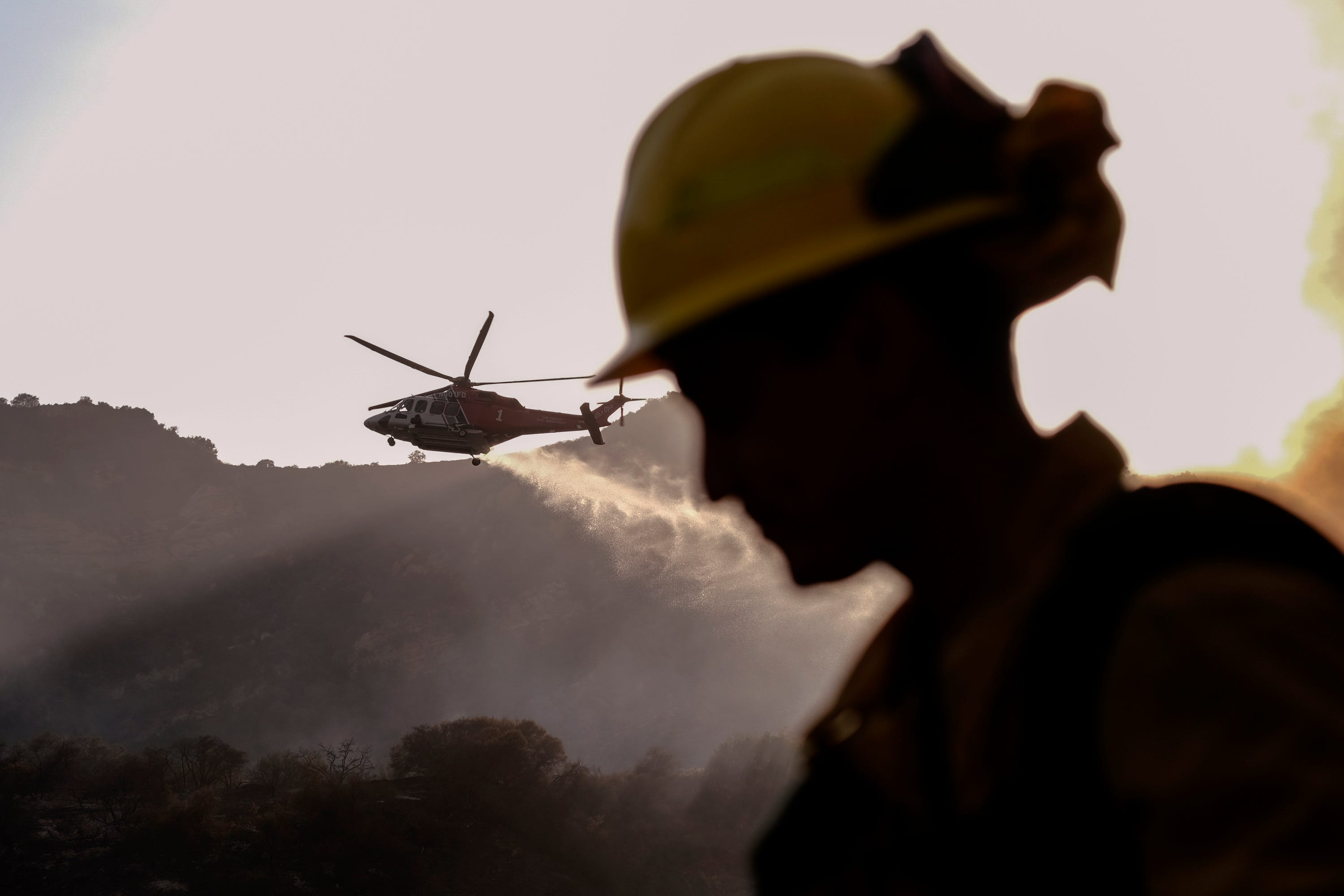 Crews battle Los Angeles wildfire that forced evacuations 1