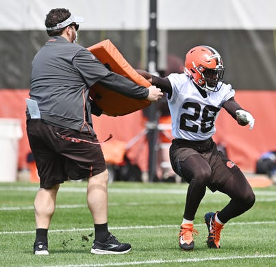 Cleveland Browns linebacker Jeremiah Owusu-Koramoah (28) runs a drill during rookie minicamp at the Cleveland Browns Training Facility on May 14.