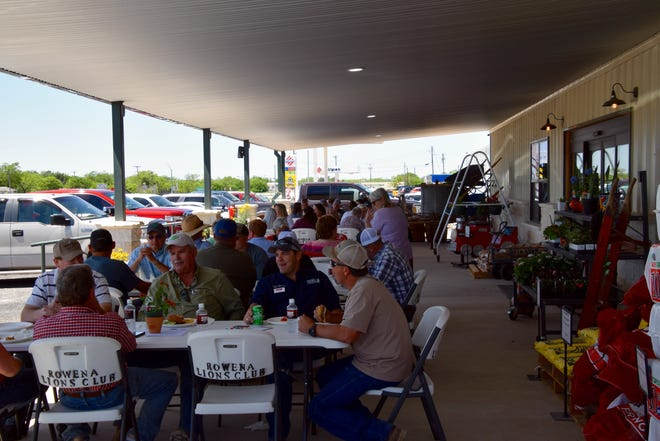 Folks descend en masse on the Hamburger lunch put on by the Miles Lions Club and The Depot at Top Tier.