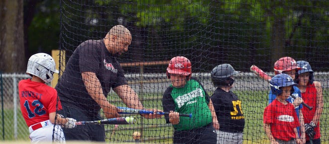Derrick May, a former major league outfielder, gives hitting tips to young players Sunday during a clinic at Halfway Little League. May, a former Oriole, joined ex-Baltimore shortstop Mike Bordick at the event.