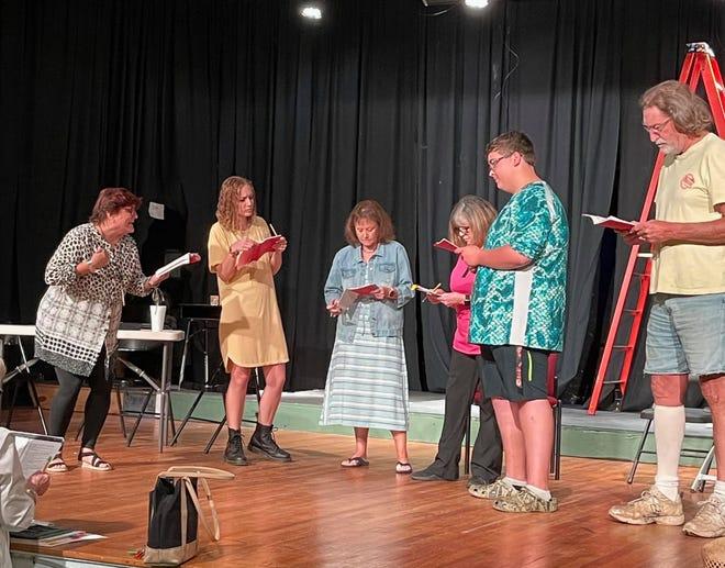 """Un elenco de voluntarios se prepara para la inauguración """"Mal año para los tomates"""" 28 de mayo en el Spanish Trail Playhouse."""