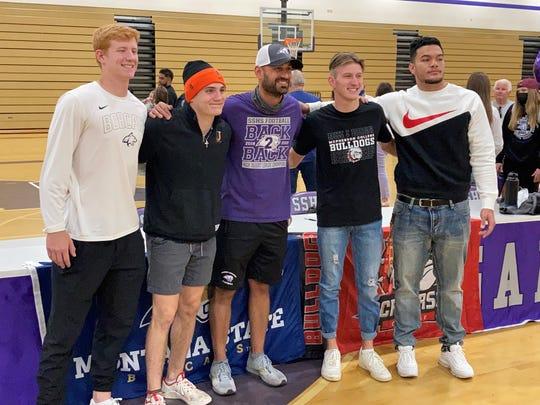 Spanish Springs tuvo cuatro importantes jugadores de fútbol americano universitario el miércoles (de izquierda a derecha), Hunter Parsons, Parker Lothy, el entrenador Rob Hamill, Tristan Szabo y McAvoy Tuvaw.  Se espera que White Lalment firme en junio.