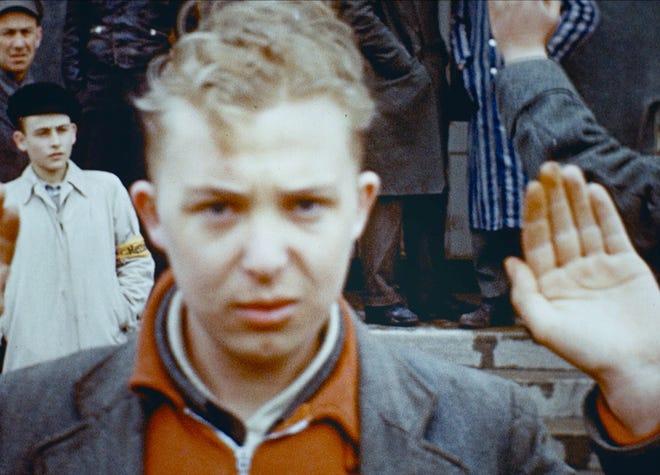 """Ein junger Deutscher führt den Nazi-Gruß in """"Der letzte Account. '"""