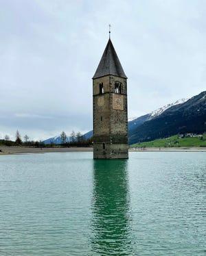 Il campanile del Coron del XIV secolo può essere visto dal Lago Ricia prima che le autorità lo prosciugassero temporaneamente per la manutenzione.