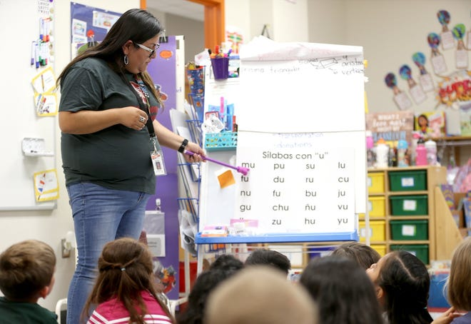 In this 2019 file photo, Highland Park Elementary bilingual teacher Crystal Perez leads students in a lesson on Spanish articulation. [AMERICAN-STATESMAN/FILE]