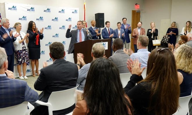 Mayor Lenny Curry praises plans for Dun & Bradstreet to move its headquarters to Jacksonville during an announcement Thursday.