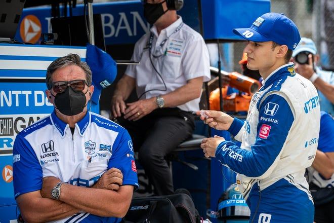 El piloto de carreras de Chip Ganassi Alex Pallow (10) está listo para el viernes 21 de mayo de 2021 durante la práctica rápida del viernes en preparación para la carrera 105 de las 500 Millas de Indianápolis en el Indianapolis Motor Speedway.