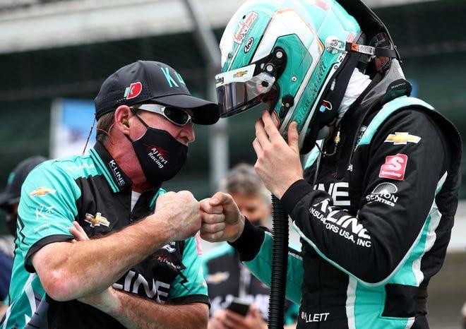 AJ Foyt Enterprises Dalton Kellet (4) recibió un puñetazo antes de salir a la pista el sábado 22 de mayo de 2021, mientras se clasificaba para la carrera 105 de las 500 Millas de Indianápolis en el Indianapolis Motor Speedway.
