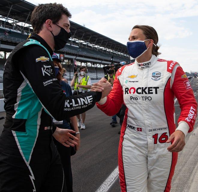 Después de clasificar para la carrera 105 de las 500 Millas de Indianápolis en el Indianapolis Motor Speedway, la piloto de Paretta Autosport, Simona de Silvestro (16), felicitó a AJ Foyt Enterprises Dalton Kellet (4) el sábado 22 de mayo de 2021.