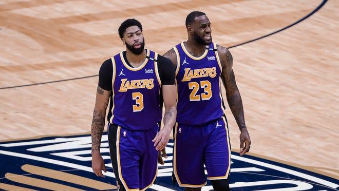 Los delanteros de Los Angeles Lakers Anthony Davis (3) y LeBron James (23) durante un tiempo muerto contra los Pelicans de Nueva Orleans en Nueva Orleans, el domingo 16 de mayo de 2021.