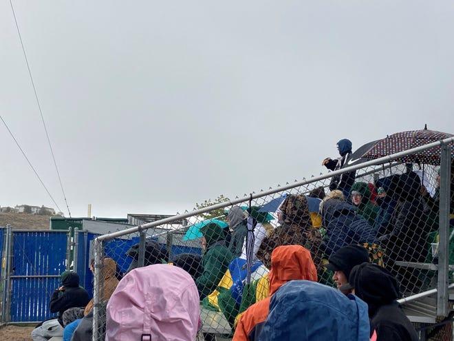 Los fanáticos ven al obispo Manogue en el juego de béisbol de McQueen el viernes.