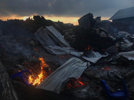 Изгарящата пепел е видяна рано сутринта в Гома, източна Демократична република Конго, на 23 май 2021 г., след изригването на планината Нийрагонго.