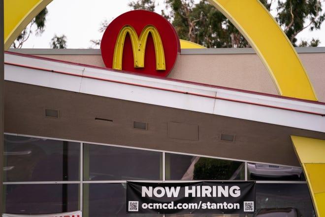 Une bannière d'embauche devant un McDonald's à Stanton, en Californie, le 17 mai 2021.