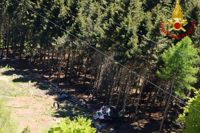 Олупина жичаре види се на земљи након што се срушила у близини врха линије Стреса Моттароне у региону Пијемонт, на северу Италије, 23. маја 2021. године.