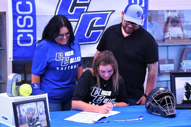 Wylie's Minely Avila signs to play softball at Cisco College as he parents look on on Monday at Bulldog Gym. Avila was a four-year starter at catcher for the Lady Bulldogs, helping lead them to the 2019 Region I-5A semifinals and this year's region quarterfinals.