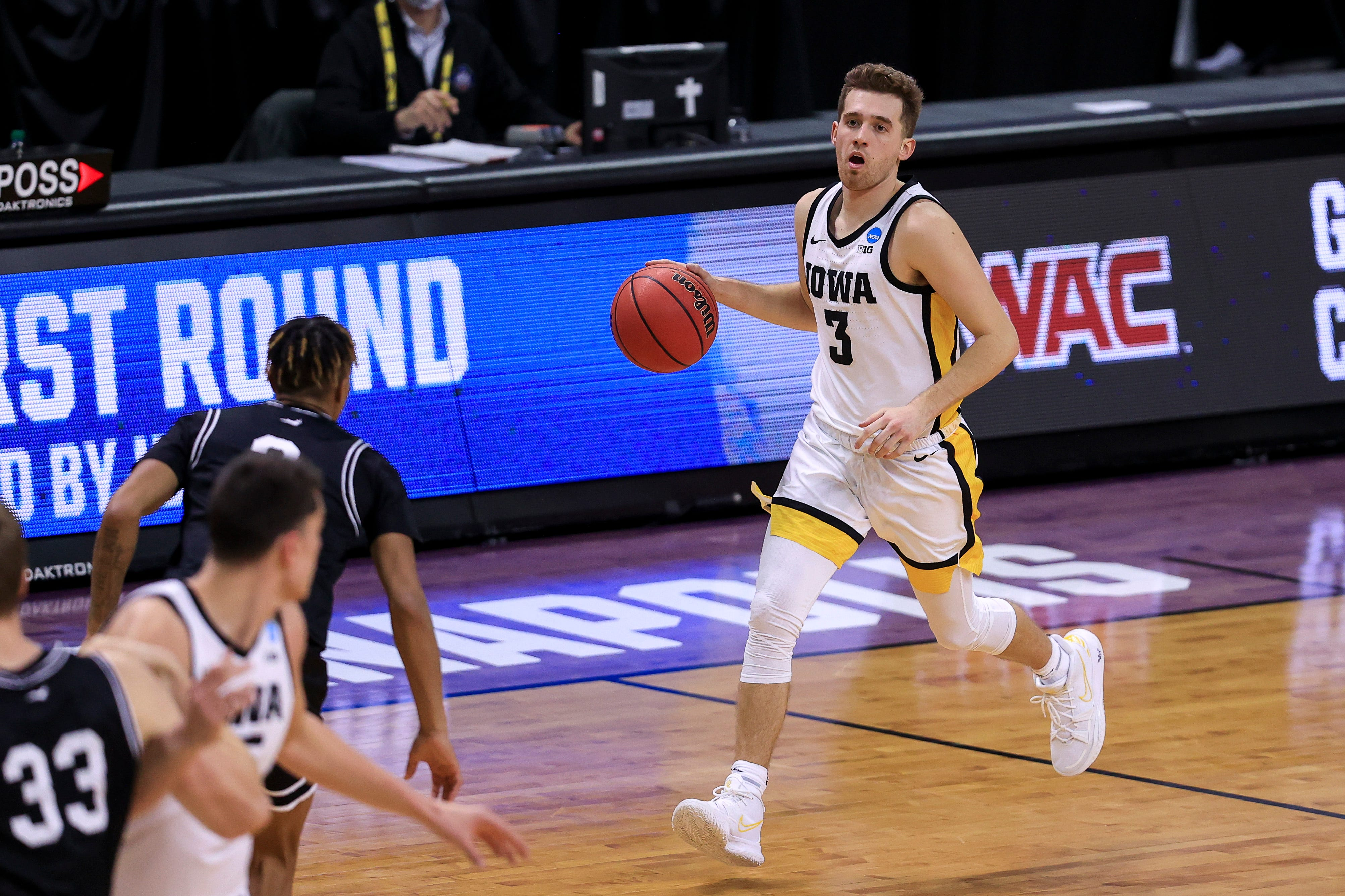 Iowa basketball's Jordan Bohannon receiving medical attention after serious head injury from physical altercation