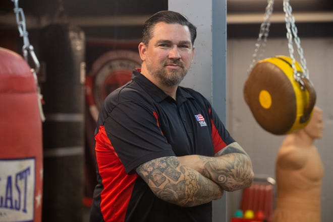 Дэниел Браун, ИТ-специалист и генеральный менеджер OCW Professional Wrestling, баллотируется на пост мэра Топики.