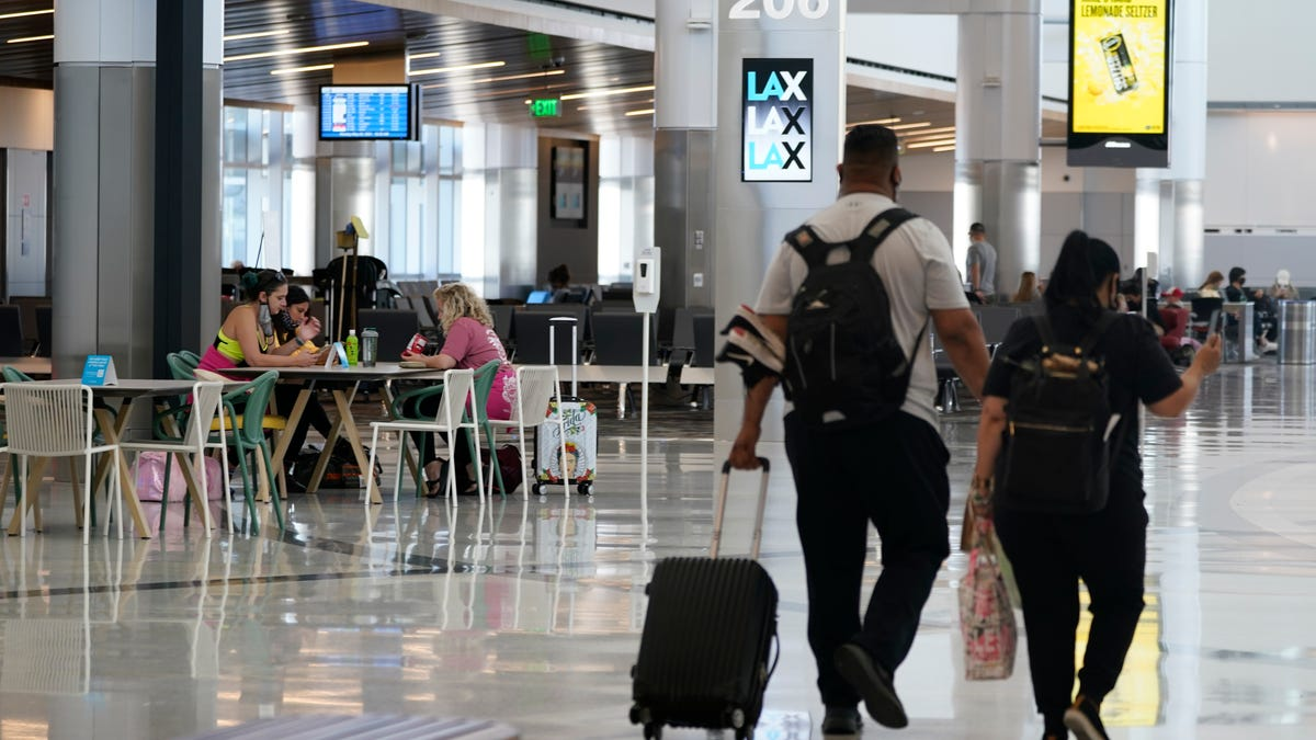 US allows Americans with expired passports to return home 3