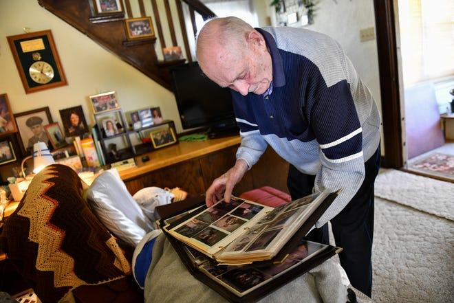 Joe Shermers는 2021 년 4 월 28 일 수요일 Saint Cloud에서 오래된 사진을보고 있습니다.