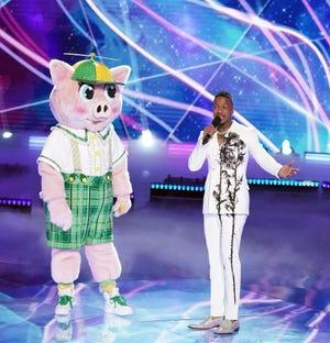 """""""Penyanyi Misteri"""" Pembalap Piglet dengan pembawa acara, Nick Cannon."""
