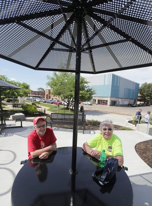 Foster Rose and Linda Unklesbay enjoy the new Duncan Plaza.