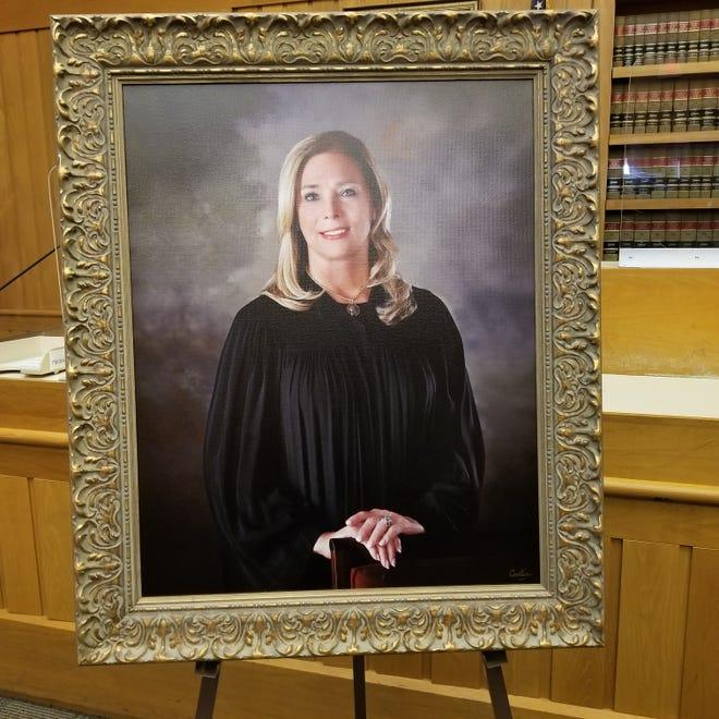 Le portrait, qui a été réalisé par Cantin Photography de Tiverton, Rhode Island, a été terminé à la fin de l'année dernière et est resté au domicile du juge pendant environ six mois jusqu'à ce que la cérémonie puisse être organisée en toute sécurité.