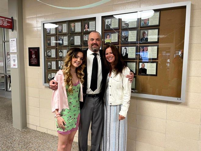 Ed Gable, centro, 2021 Recruiter junto al Salón de la Fama de Antiguos Alumnos de Port Clinton High School con su hija Gabriela y su esposa Mimi (Cropp) Gable.