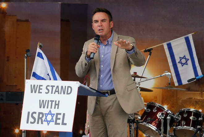 """Pastor Scott Thomas, Free Life Chapel, speaks during the """"Stand with Israel"""" rally at the Lake Mirror Promenade in Lakeland in 2014."""