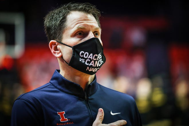 Illinois assistant coach Geoff Alexander stands for the National Anthem before a game against Iowa on Jan. 29, 2021.