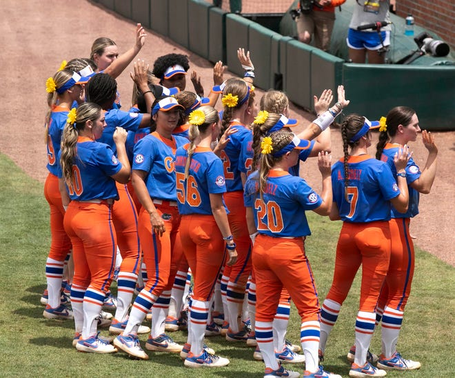 The Florida softball team thanks fans at Katie Seashole Pressly Stadium after being eliminated from the NCAA tournament Saturday by Georgia, 6-0, in Game 2 of the Super Regional.