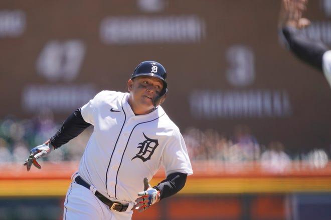 Miguel Cabrera do Detroit Tigers acenou cerca de um terço para marcar da primeira dupla de Nomar Mazara para a esquerda durante a primeira metade de uma partida de beisebol contra o New York Yankees, domingo, 30 de maio de 2021, em Detroit.