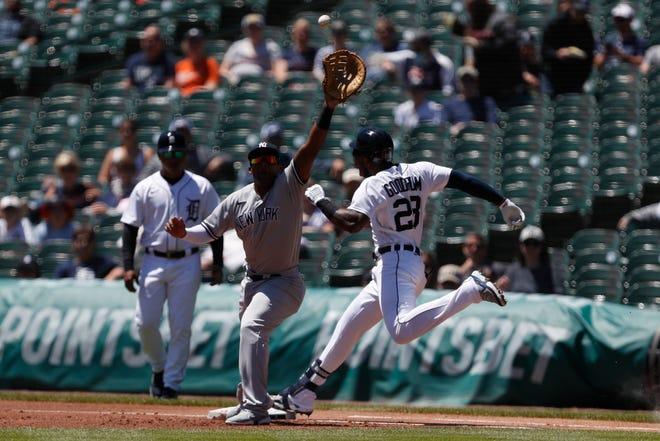 O meio-campista do Detroit Tigers, Nico Godrum (28), garantiu a primeira base em um arremesso ao solo para o capitão do time titular do New York Yankees, Miguel Andogar (41), durante o primeiro tempo no Comerica Park em 30 de maio de 2021.