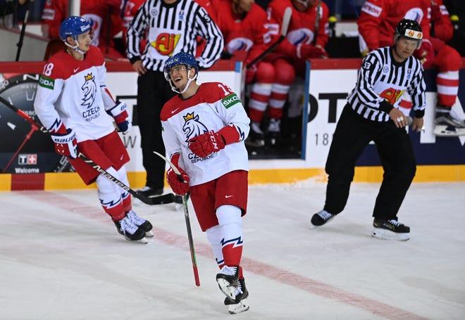 Čehijas izlases uzbrucējs Jakobs Vrana svin vārtu gūšanu IIHF pasaules hokeja pasaules 1. sērijas priekšsacīkšu spēles laikā ar Krieviju Olimpiskajā sporta centrā Rīgā, 2021. gada 21. maijā.