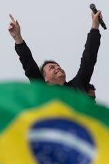 O presidente do Brasil, Jair Bolsoanro, sorri após um passeio de motocicleta no Rio de Janeiro, Brasil, em 23 de maio.