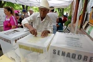 A Mexican citizen casts their ballot in México.