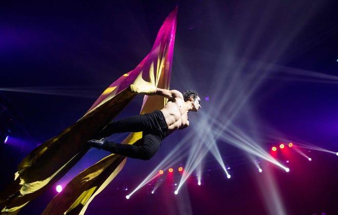Jhon Villegas esegue Air Silk come parte del Paranormal Cirque Show.