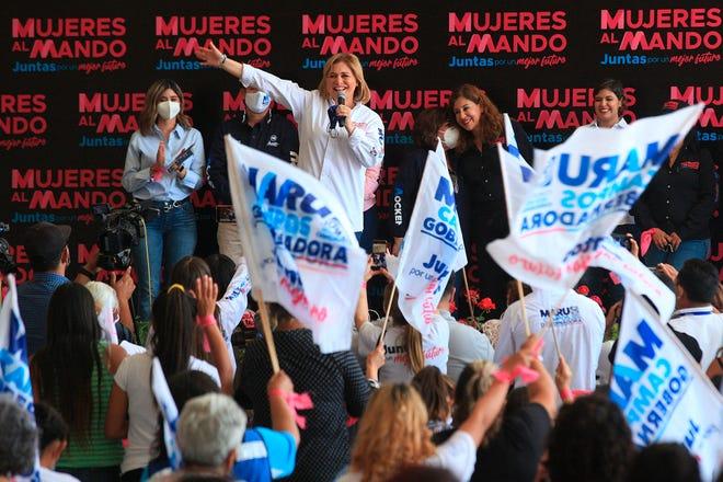 La candidata a la gubernatura por el Partido Acción Nacional (PAN) Maru Campos (c) participa hoy en su cierre de campaña en Ciudad Juárez, estado de Chihuahua (México).