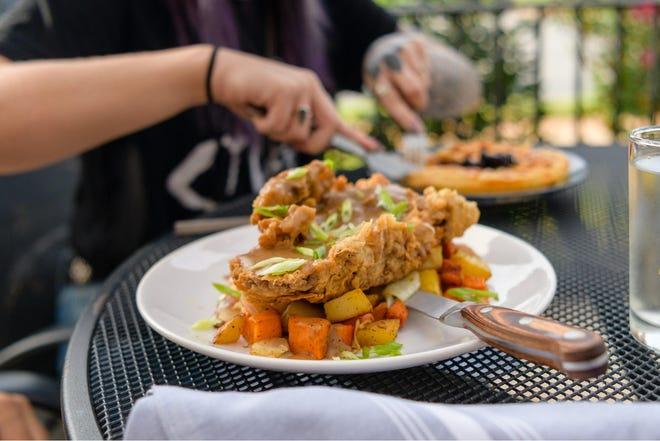 La cena all'aperto dovrebbe essere popolare nel 2021 nei circa 405 ristoranti in locali come Social Deck + Dining.