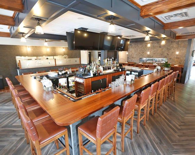 Το μπαρ στο Grille 151 διαθέτει ψηλά τραπέζια.  Το [Patriot Ledger File Photo]