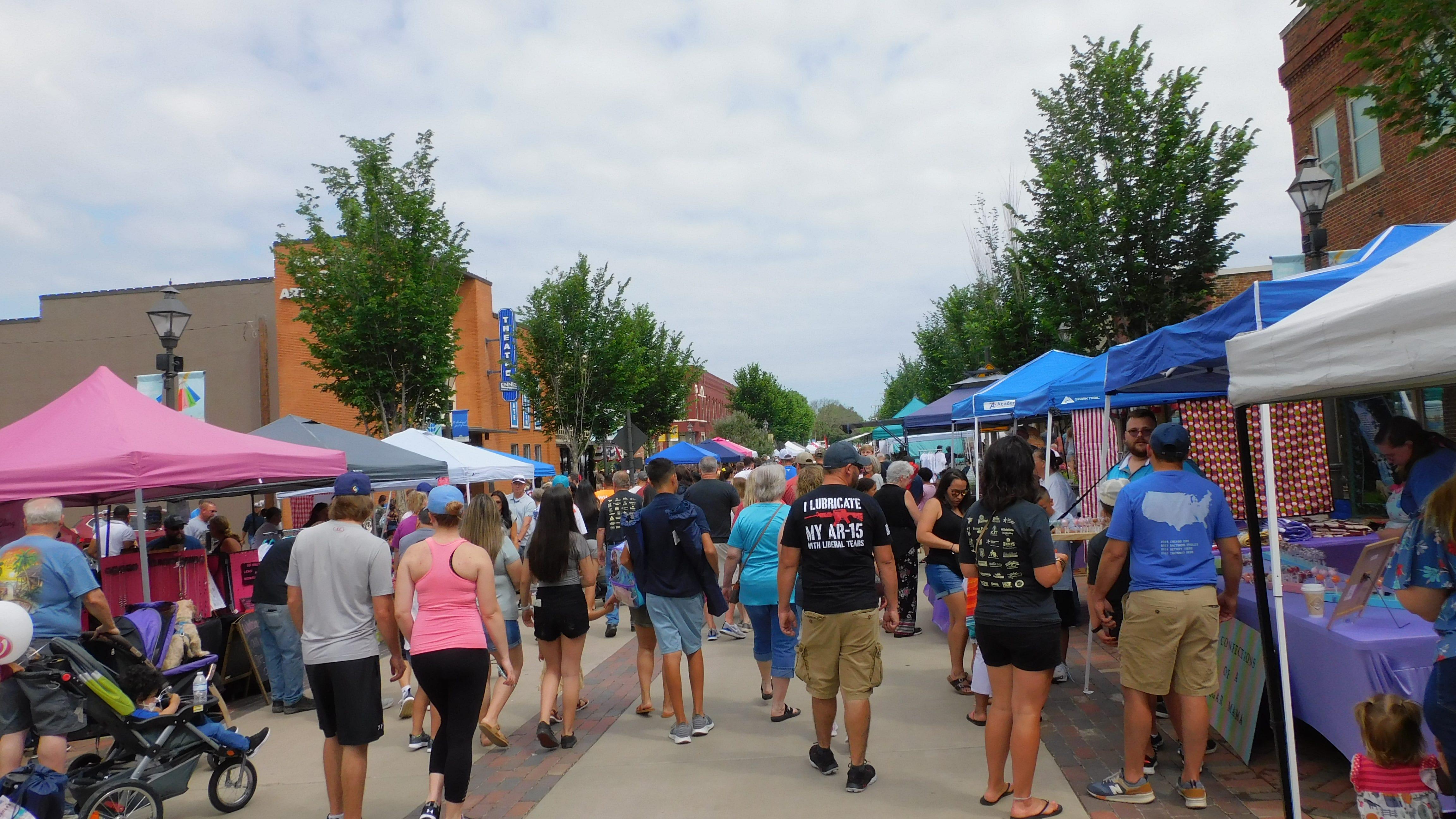 Memorial Day projde návštěvníky festivalu Downtown na národním festivalu Polka, který se koná v Ennisu o víkendu.