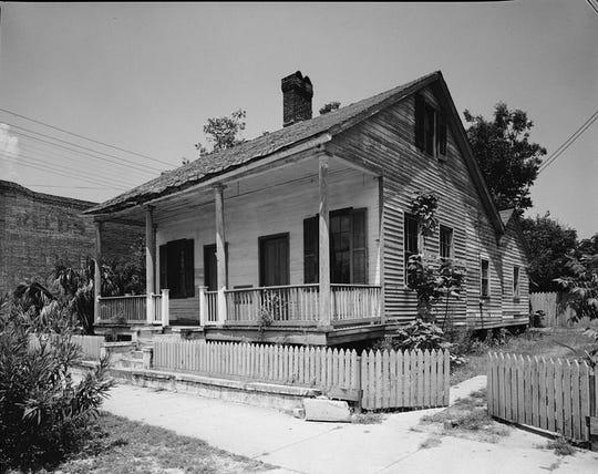 Buena House, construida alrededor de 1810 en Alkanis Street, fue fotografiada en 1968 después de la finalización de la Encuesta Histórica de Edificios Estadounidenses.  Ahora es el Museo Casa Quina.
